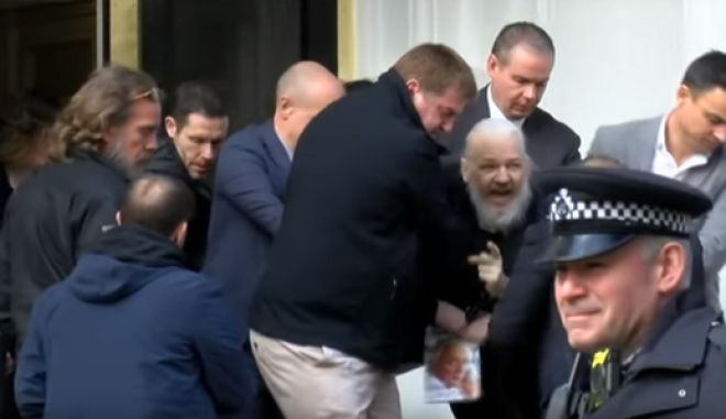Η στιγμή σύλληψης του ιδρυτή του Wikileaks