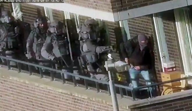 Στιγμιότυπο από την επιχείρηση σύλληψης των υπόπτων για τρομοκρατική επίθεση στην Ολλανδία