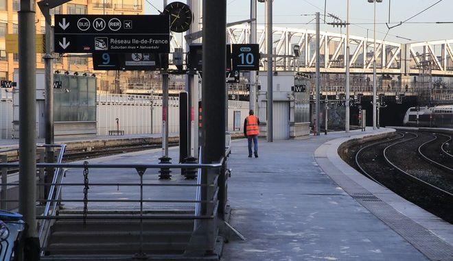 Εργαζόμενος περπατά σε πλατφόρμα στο σιδηροδρομικό σταθμό Gare du Nord στο Παρίσι