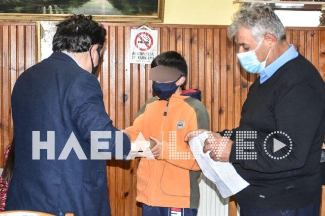 Πεύκη: Ο δήμαρχος Πύργου, έδωσε tablet με σύνδεση στους μαθητές