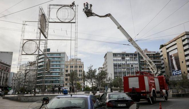 Άνδρας ανέβηκε σε γλυτπό που βρίσκεται στην πλατεία της Ομόνοιας και απειλεί να αυτοκτονήσει.Σε εξέλιξη επιχείρηση της πυροσβεστικής, Παρασκευή 5 Οκτωβρίου 2018 (EUROKINISSI/ΓΙΑΝΝΗΣ ΠΑΝΑΓΟΠΟΥΛΟΣ)