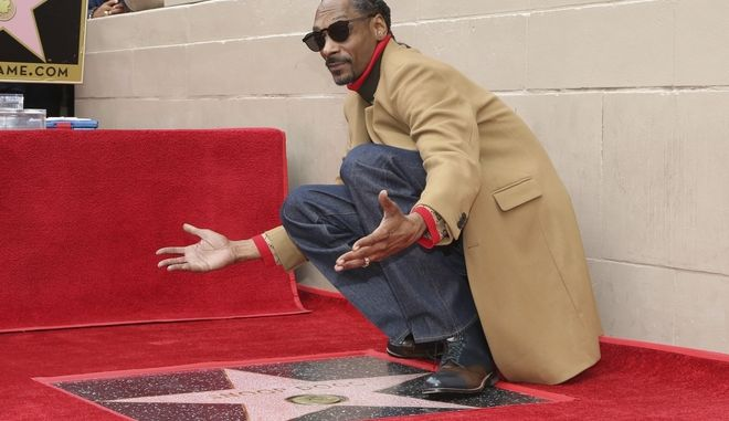 Ο Snoop Dogg ποζάρει στο αστέρι του στη Λεωφόρο της Δόξας