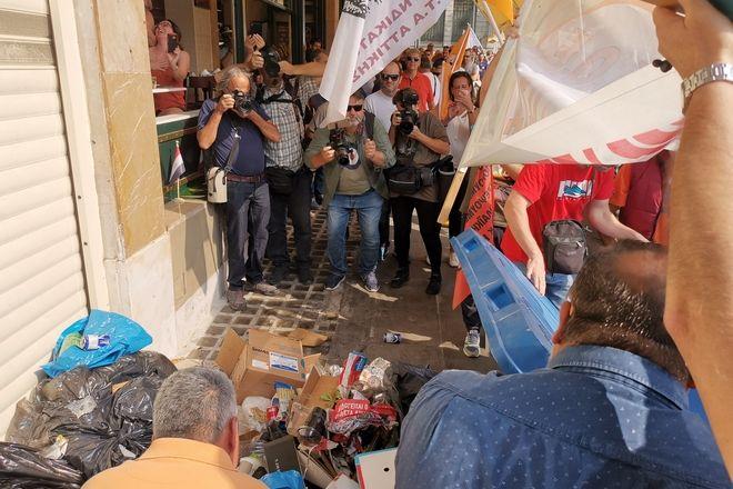 Οι εργαζόμενοι πέταξαν σκουπίδια έξω από το Υπουργείο Εσωτερικών