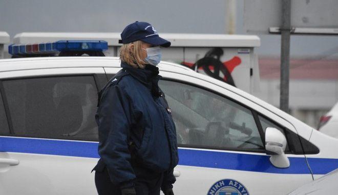 ΑΡΓΟΣ-Συνεχίζονται οι συστηματικοί έλεγχοι  από την αστυνομία και  στην Αργολίδα για την τήρηση των μέτρων απαγόρευσης κυκλοφορίας. Το πρωί του Σαββάτου 4 Απριλίου στις εισόδους της πόλης του Άργους  υπήρχαν μπλόκα της αστυνομίας που διενεργούσαν  ελέγχους στους  διερχόμενους, με επικεφαλής τον  Διοικητή της Τροχαίας Άργους Σπύρο Γκούμα.(Eurokinissi)