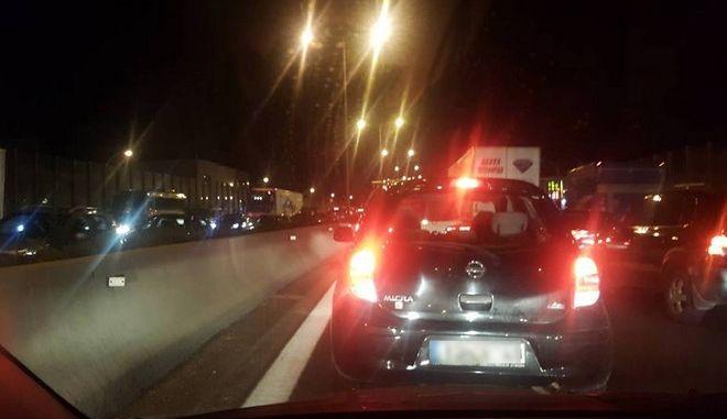 Τροχαίο ΙΧ με νταλίκα στην Αθηνών-Λαμίας: Ουρές χιλιομέτρων