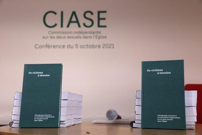 Aντίγραφα της έκθεσης των 2.500 σελίδων που αποκαλύπτουν όλα τα στοιχεία της έρευνας που έκανε η CIASE, για την σεξουαλική κακοποίηση από αξιωματούχους της Καθολικής Εκκλησίας της Γαλλίας.