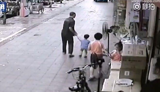 Άνδρας επιχειρεί να απαγάγει αγόρι που παίζει με τους φίλους του