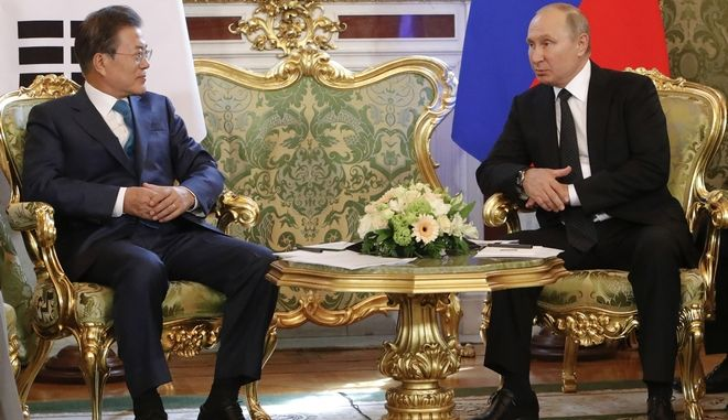 Βλάντιμιρ Πούτιν και Μουν Τζε-Ιν κατά τη συνάντησή τους στο Κρεμλίνο