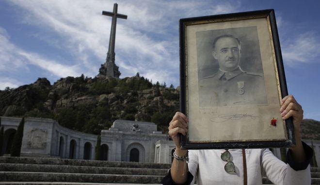 Επισκέπτης κρατά ένα πορτρέτο του πρώην Ισπανού δικτάτορα Francisco Franco