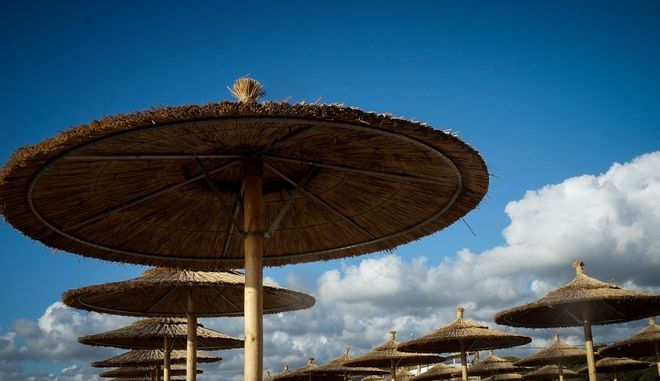 Ομπρέλες σε παραλία της Μεσσηνίας