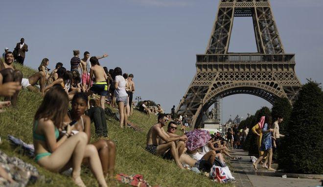 Εικόνα από τον Κήπο του Τροκαντερό στο Παρίσι εν μέσω καύσωνα