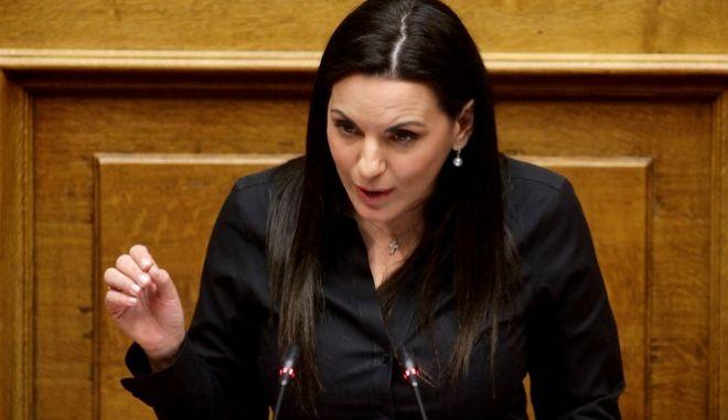 Η Όλγα Κεφαλογιάννη στο βήμα της βουλής, κατά τη συζήτηση για το νομοσχέδιο που περιλαμβάνει και το επίμαχο άρθρο 8, για την αναδοχή από ομόφυλα ζευγάρια