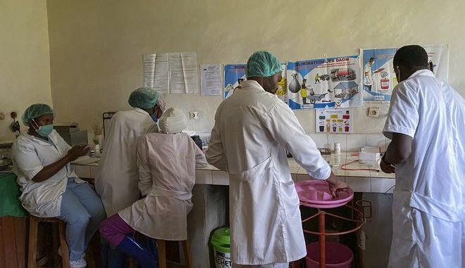 Γιατροί στην Αφρική ετοιμάζουν φάρμακα για τον Έμπολα