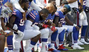 'Πόλεμος' Τραμπ - παικτών NFL για το γονάτισμα κατά την ανάκρουση του εθνικού ύμνου