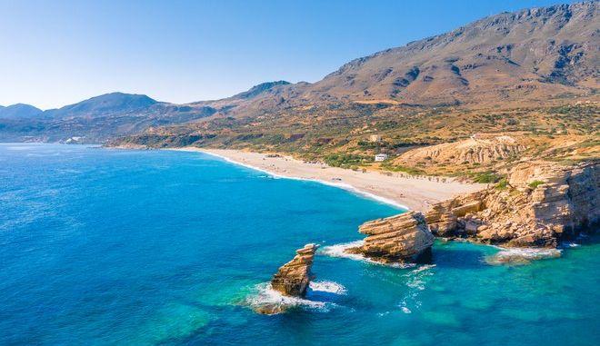 Η παραλία Τριόπετρα στην Κρήτη