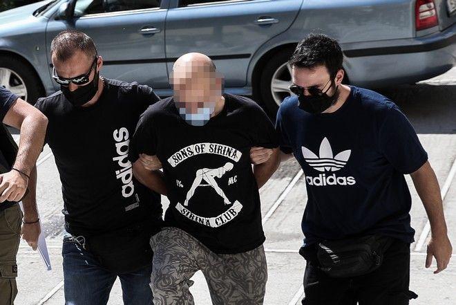 Στον ανακριτή ο αστυνομικός που συνελήφθη από την Υπηρεσία Εσωτερικών Υποθέσεων, μετά από καταγγελία 19χρονης, σύμφωνα με την οποία την κρατούσε φυλακισμένη και την εξέδιδε