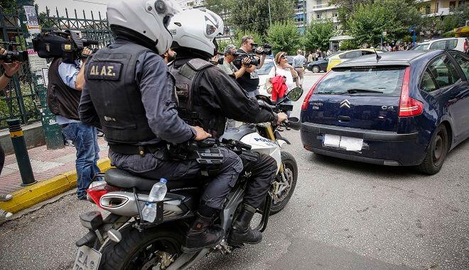 Το αυτοκίνητο που μεταφέρει τον βουλευτή Κωνσταντίνο Μπαρμπαρούση, αποχωρεί από τα δικαστήρια της πρώην σχολής Ευελπίδων το μεσημέρι της Δευτέρας 18 Ιουνίου 2018, μετά τη σύλληψη του το πρωί της ίδιας μέρας.