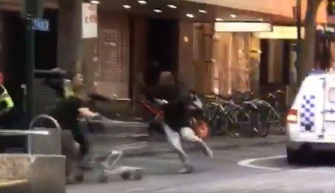 Μελβούρνη: Ο άστεγος ήρωας - Σταμάτησε τον δράστη με καρότσι σουπερμάρκετ