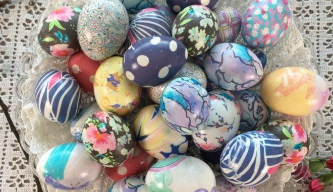 Αυγά βαμμένα σε κομμάτια από μετάξι