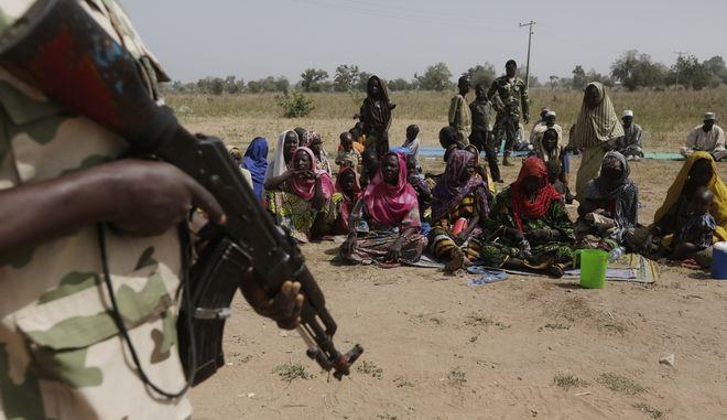 Άνθρωποι στη Νιγηρία  διεισδύουν σε  προσφυγικό στρατόπεδο