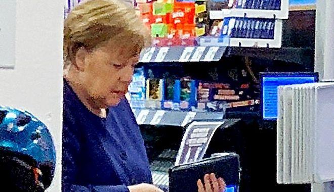 O Άνγκελα Μέρκελ βγάζει το πορτοφόλι της για να πληρώσει τα ψώνια