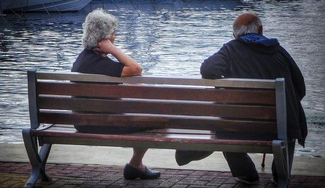 Ηλικιωμένοι κάθονται σε παγκάκι στην Μαρίνα Αλίμου