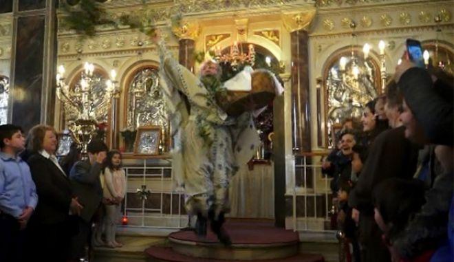 Η Πρώτη Ανάσταση στη Χίο, με τον ιερέα που έγινε (ξανά) viral