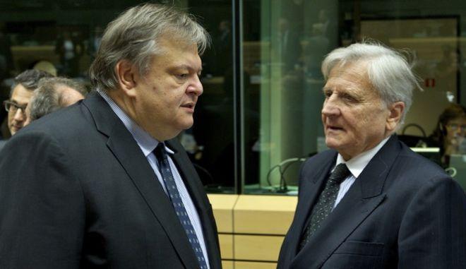 Ο Υπουργός Οικονομικών, Ευάγγελος Βενιζέλος, δεξιά, συνομιλεί με τον Πρόεδρο της Ευρωπαϊκής Κεντρικής Τράπεζας, Ζαν-Κλοντ Τρισέ, αριστερά, στην συνεδρίαση των Υπουργών Οικονομικών της Ευρωπαϊκής Ένωσης (Ecofin) στις Βρυξέλλες, Σάββατο 22 Οκτ. 2011. (EUROKINISSI // ΣΥΜΒΟΥΛΙΟ ΤΗΣ ΕΥΡΩΠΑΪΚΗΣ ΕΝΩΣΗΣ) ** Ελεύθερη η χρήση για μη εμπορικούς σκοπούς. Να αναφέρεται ως πηγή το Συμβούλιο της Ευρωπαϊκής Ένωσης. **