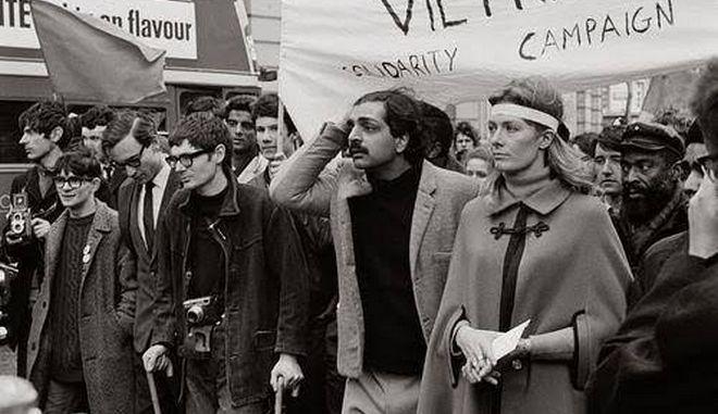 Μηχανή του Χρόνου: Όταν ο Χόκινγκ συμμετείχε με πατερίτσες στην ιστορική πορεία για το Βιετνάμ