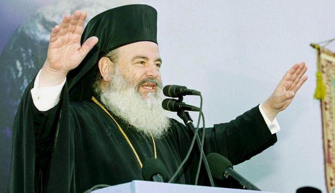 Ο Αρχιεπίσκπος Χριστόδουλος σε μια από τις συγκεντρώσεις της εκκλησίας για το θέμα των ταυτοτήτων στην Αθήνα