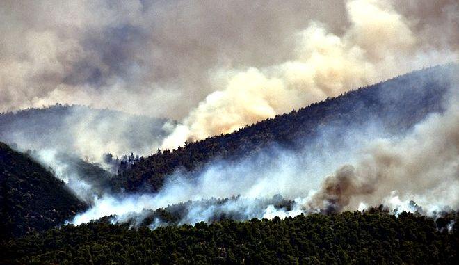 Αναζωπύρωση της πυρκαγιάς στις Κεχριές Κορινθίας, με πολλές διάσπαρτες ενεργές εστίες να συνεχίζουν να δυσκολεύουν το έργο της κατάσβεσης.