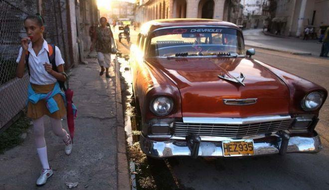 """""""Έξαλλοι"""" οι κουβανοί με τις απελευθερωμένες τιμές των νέων αυτοκινήτων"""