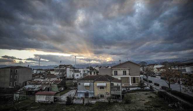 Ακτίνες φωτός βγαίνουν μέσα από τα σύννεφα πάνω από την πόλη των Τρικάλων καθώς ο ήλιος δύει πίσω από την οροσειρά του Κόζιακα, την Δευτέρα 12 Φεβρουαρίου 2018. (EUROKINISSI/ΘΑΝΑΣΗΣ ΚΑΛΛΙΑΡΑΣ)