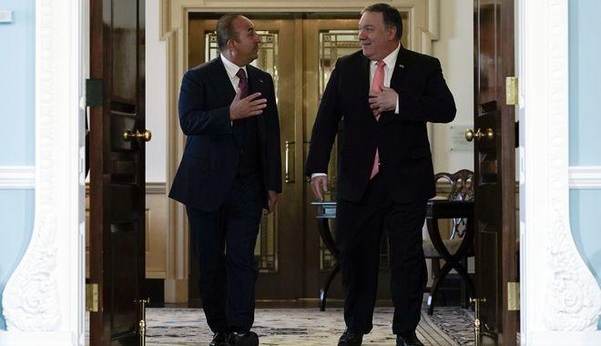 O Αμερικανός υπουργός Εξωτερικών Μάικ Πομπέο και ο Τούρκος υπουργός Εξωτερικών Μεβλούτ Τσαβούσογλου