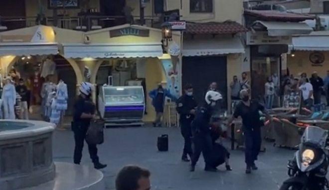Ρόδος: Συνέλαβαν πλανόδια μουσικό εν μέσω ειρωνικών χειροκροτημάτων πολιτών