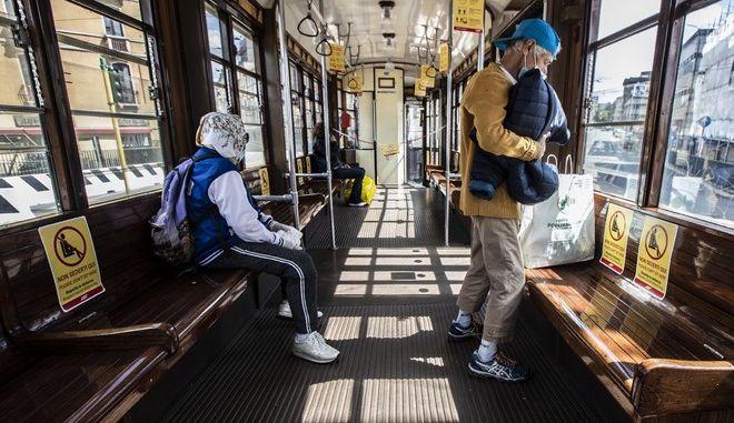 Τραμ στο Μιλάνο της Ιταλίας σε καιρό πανδημίας κορονοϊού