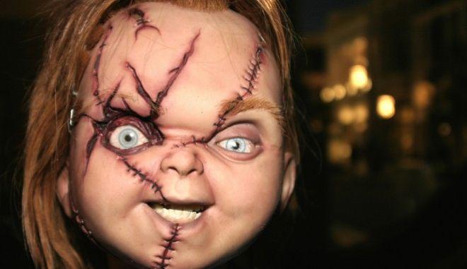 """Ο Chucky του 2021 θίγει θέματα """"που το '80 δεν μπορούσα να ακουμπήσω"""" λέει ο σεναριογράφος της τηλεοπτικής σειράς, με πρωταγωνιστή την κούκλα που προκαλούσε για χρόνια τρόμο."""