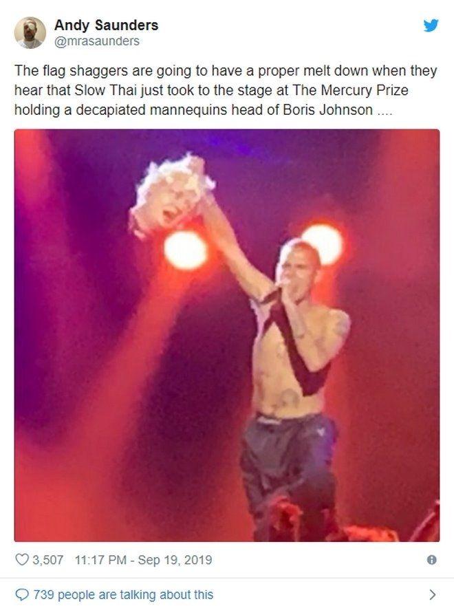 Σάλος σε μουσικά βραβεία: Ράπερ βγήκε στη σκηνή με κομμένο κεφάλι του Τζόνσον