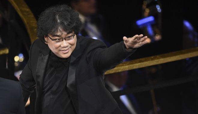 Ο Bong Joon Ho παραλαμβάνει το Όσκαρ Διεθνούς Ταινίας για τα Παράσιτα