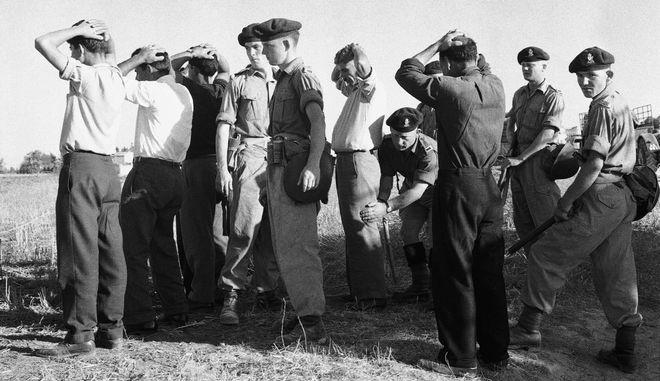 Άνδρες του βρετανικού στρατού ελέγχουν χωρικούς κοντά στην Αμμόχωστο, 1958