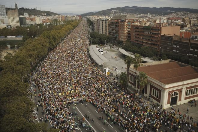 Εικόνα από την κινητοποίηση στη Βαρκελώνη κατά της καταδίκης των αυτονομιστών ηγετών