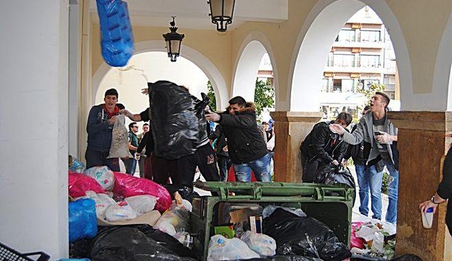 Ζάκυνθος: Πέταξαν αυγά, πορτοκάλια, ντομάτες και σκουπίδια στο δημαρχείο