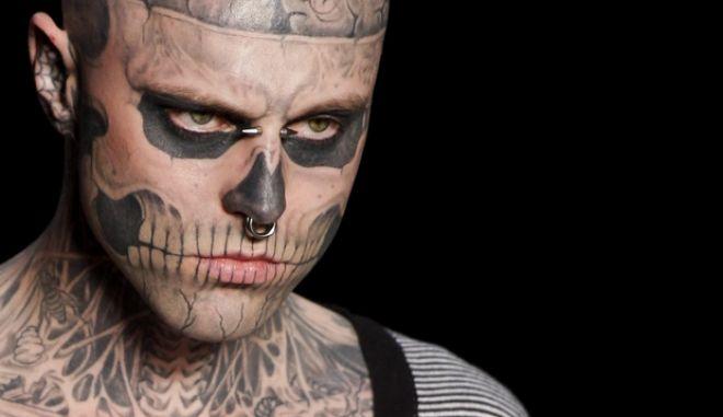 Ο Rick Genest, γνωστός με το ψευδώνυμο Zombie Boy στην επίδειξης μόδας στο Ρίο, το 2012. Ο Καναδός βρέθηκε νεκρός στο σπίτι του στο Μόντρεαλ στις 02 Αυγούστου του 2018