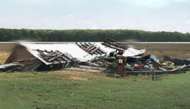 Εικόνα από τις καταστροφές που άφησε πίσω του ο ανεμοστρόβιλος
