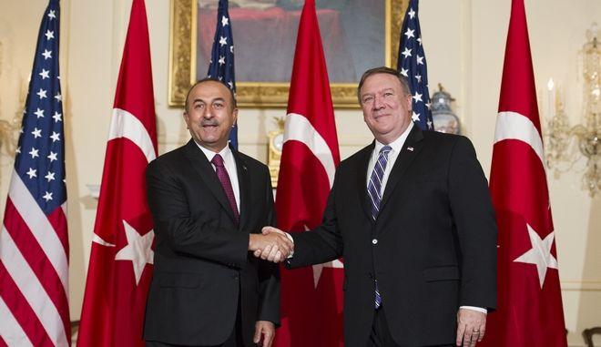 Ο ΥΠΕΞ της Τουρκίας, Μεβλούτ Τσαβούσογλου με τον Αμερικανό ομόλογό του Μαίκ Πομπέο στην Ουάσινγκτον