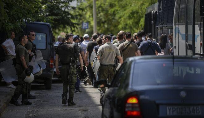 """Τα 20 μέλη του """"Ρουβίκωνα"""", μεταφέρονται, στα δικαστήρια της Ευελπίδων"""