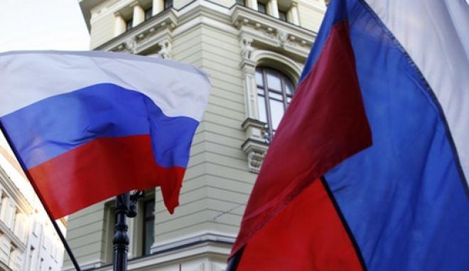 Σημαίες της Ρωσίας ανεμίζουν στη Μόσχα