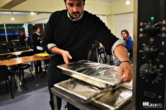 Στους δρόμους των αστέγων: Το γεύμα θέλει τρόφιμα κι η αλληλεγγύη, πράξεις