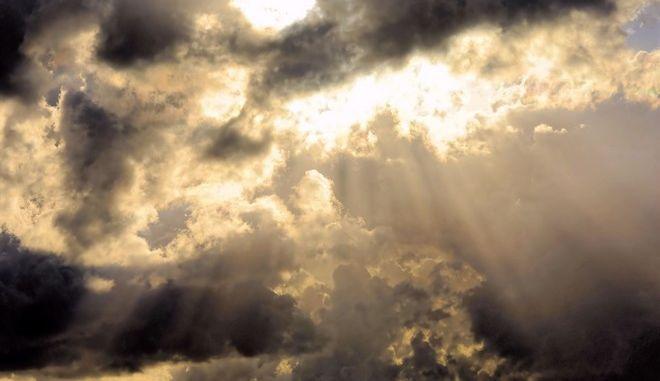 Βροχές και υψηλές για την εποχή θερμοκρασίες