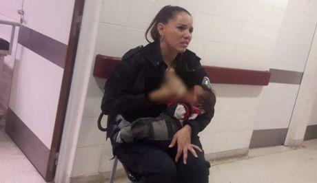 Αστυνομικός θηλάζει υποσιτισμένο μωρό σε νοσοκομείο